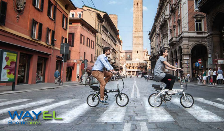Due ciclisti su ebike pieghevoli Wayel a Bologna