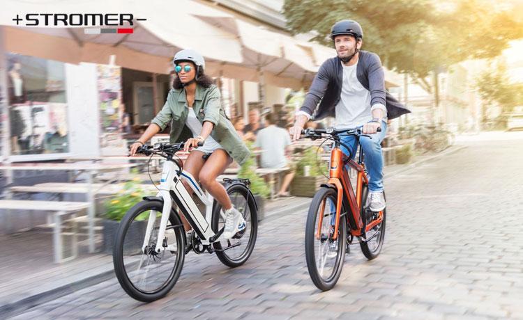 Ciclisti su ebike Stromer a spasso per la città