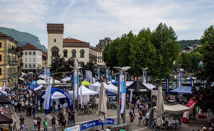 Una vista di piazza Cermenati di Lecco gremita di appassionati di ebike