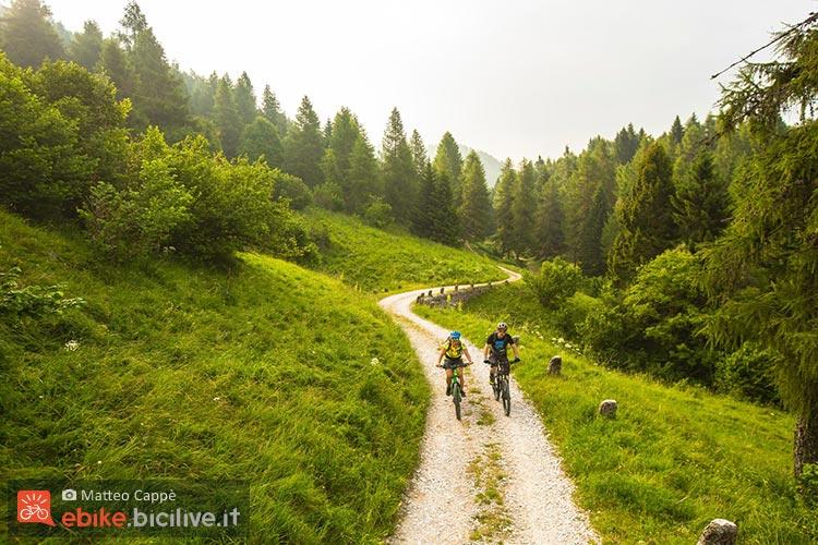 foto di due biker su ebike in alpe cimbra