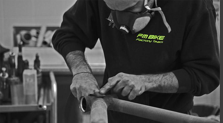 tecnico di FM-Bike realizza un telaio a mano