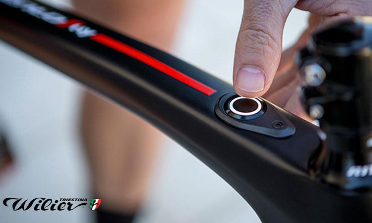 E-bike Wilier Cento1 hybrid particolare del tubo orizzontale con bottone per accensione motore